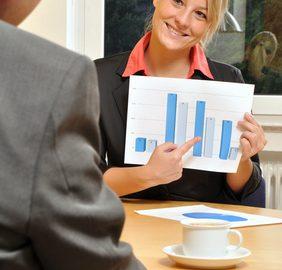 Junge Frau präsentiert Diagramm